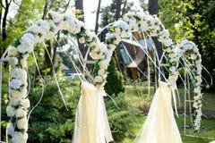 Del av den festliga dekoren, blom- ordning Detalj av bröllopbågen Fotografering för Bildbyråer