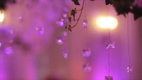 Del av den festliga dekoren, blom- ordning Detalj av en bröllopbåge Ljuskrona för bröllopgarneringceremoni i Royaltyfria Foton