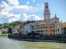 Del av den forntida staden av Verona på floden, Italien royaltyfri foto