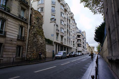 Del av den gamla väggen på gatan i Paris Arkivfoto