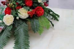 del av den härliga bröllopbuketten på den vita tabellen Fotografering för Bildbyråer