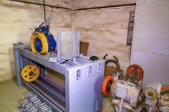 Del av den industriella elevatorn Blocket rullar in maskinrum Rekonstruktion av den industriella elevatorn Arkivfoto