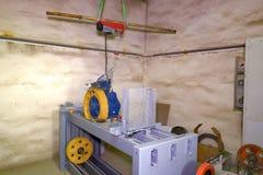 Del av den industriella elevatorn Blocket rullar in maskinrum Rekonstruktion av den industriella elevatorn Royaltyfri Foto