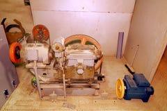 Del av den industriella elevatorn Blockhjul och motor i maskinrum Rekonstruktion av den industriella elevatorn Arkivfoto