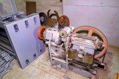 Del av den industriella elevatorn Blockhjul och motor i maskinrum Rekonstruktion av den industriella elevatorn Arkivfoton