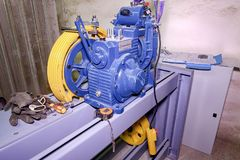 Del av den industriella elevatorn Blockhjul och motor i maskinrum Rekonstruktion av den industriella elevatorn Royaltyfria Foton