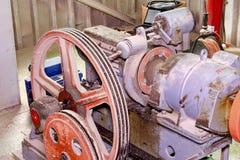 Del av den industriella elevatorn Blockhjul och motor i maskinrum Rekonstruktion av den industriella elevatorn Arkivbild