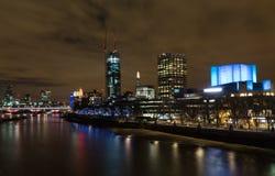 Del av den London horisonten på natten Arkivfoton