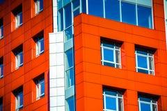 Del av den moderna byggnaden för fasad med rött och blått Arkivbild