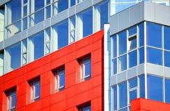 Del av den moderna byggnaden för fasad med rött och blått Royaltyfri Fotografi