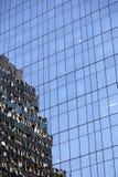 Del av den moderna skinande blåa fasaden av hög löneförhöjningbyggnad i ny yo Royaltyfri Fotografi