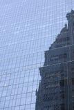Del av den moderna skinande blåa fasaden av hög löneförhöjningbyggnad i ny yo Fotografering för Bildbyråer