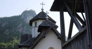 Del av den ortodoxa kyrkan med ett kors på kullen stock video