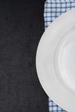 Del av den tomma plattan på servett och svartbakgrund för text arkivfoto