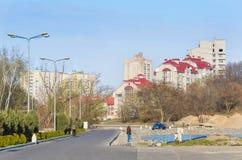 Del av desinerbyggnad med över huvudet blå himmel Royaltyfri Bild