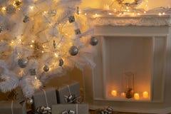Del av det barocka jul-stil rummet Hemtrevlig spis med stearinljus royaltyfria bilder