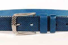 Del av det blåa läderbältet med metallbucklan vit backg Royaltyfria Foton