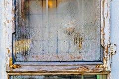 Del av det forntida fönstret med kondensation på det smutsiga exponeringsglaset i den gamla staden royaltyfri bild