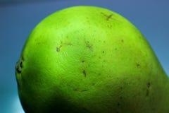 Del av det gröna päronet, päron på en blå bakgrund, den bakre delen av päronet Arkivfoton