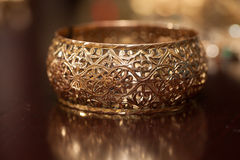 Del av det kvinnliga armbandet i marockansk stil royaltyfri foto