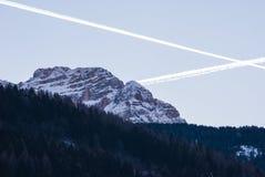 Del av Dolomites med snö på skymningen i Trentino Alto Ad fotografering för bildbyråer