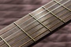 Del av en akustisk gitarr med rader Royaltyfria Foton