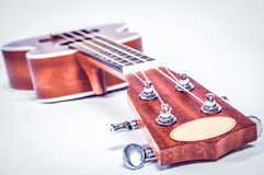 Del av en akustisk gitarr på en grå bakgrund Arkivbilder