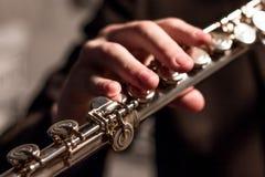 Del av en flöjt med assistenten av en man på en flöjtnärbild grunt djupfält musikaliskt tema Blåsinstrument modellera fotografering för bildbyråer