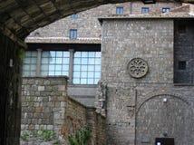Del av en forntida medeltida byggnad av Viterbo som ses av en båge i Lazioen Italien royaltyfria bilder
