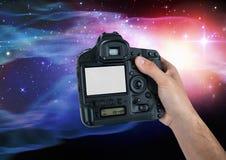 Del av en fotograf som tar bilden mot färgrik bakgrund Arkivbild