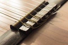 Del av en gammal akustisk gitarr Arkivfoton
