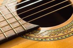 Del av en gammal akustisk gitarr Fotografering för Bildbyråer