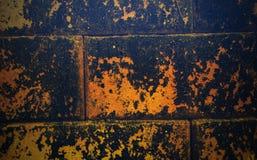 Del av en gammal och smutsig riden ut tegelstenvägg i rött och brunt royaltyfri fotografi