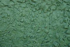 Del av en grön vägg med en spricka av stenar och betong fotografering för bildbyråer