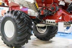 Del av en jordbruks- maskin med stora hjul Royaltyfri Foto