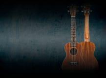 Del av en orange akustisk gitarr på svart bakgrund royaltyfri bild