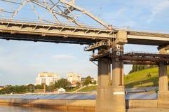 Del av en struktur av bron till och med Tura River i Tyum arkivfoton