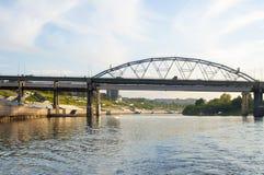 Del av en struktur av bron till och med Tura River i Tyum royaltyfria bilder