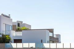 Del av ett lyxigt dröm- hem i en modern design mot en blå himmel royaltyfri bild