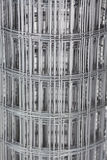 Del av ett metallrasterstaket Arkivbild