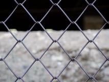 Del av ett metallrasterstaket Arkivfoto