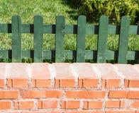 Del av ett staket som g?ras av tr? arkivbilder