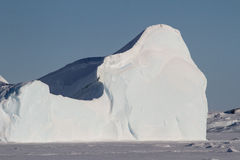 Del av ett stort isberg som frysas i havet Royaltyfri Bild