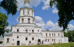 Del av fasaden av Chernihiv collegium, med turister Royaltyfri Foto