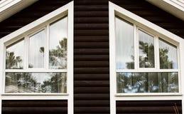 Del av fasaden av ett trähus med fönster Royaltyfri Fotografi