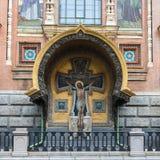 Del av fasaden av kyrkan av frälsaren på Spilled blod Arkivfoto