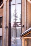 Del av fasaden av ett tegelstenhus i moderna stil- och solstrålar Royaltyfri Foto