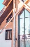Del av fasaden av ett tegelstenhus i moderna stil- och solstrålar Arkivbild
