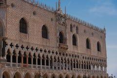 Del av fasaden av slotten Palazzo Ducale för doge` s i Venedig under dagshowen den detaljerade gotiska stilarkitekturen Arkivbild
