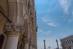 Del av fasaden av slotten Palazzo Ducale för doge` s i Venedig under dagshowen den detaljerade gotiska stilarkitekturen Royaltyfria Bilder